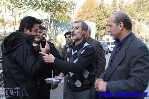 محمد مایلی کهن با دست دستبند خورده، در حال انتقال به زندان اوین