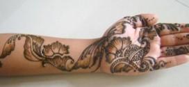 142366428881 272x125 - نحوه کشیدن نقاشی با حنا روی دست به سبک هندی