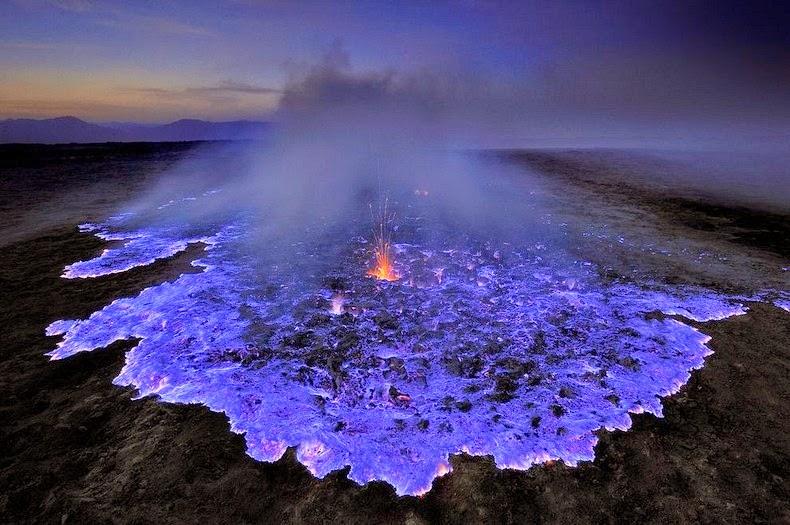 آتشفشانی با گدازه های آبی رنگ در جاوه اندونزی