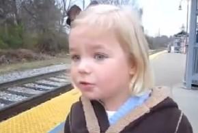 دختر بچه ای که برای اولین بار قطار میبیند