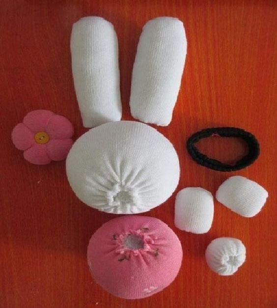 عکس مراحل درست کردن عروسک جورابی خرگوش صورتی