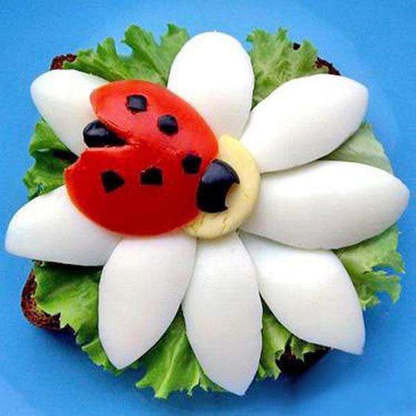 عکس تزیین تخم مرغ پخته به شکل گل