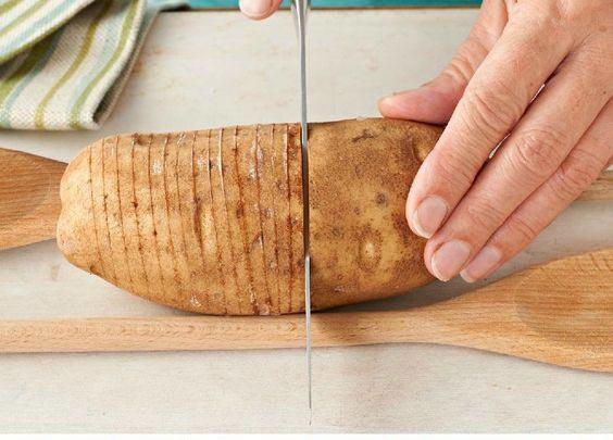 عکس درست کردن غذای خلاقانه پیتزای سیب زمینی
