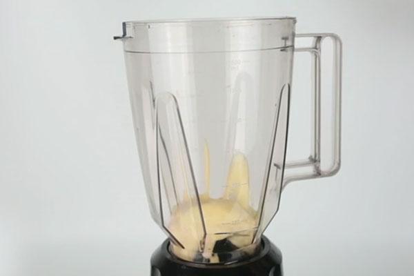 شیر و بستنی در مخلوط کن