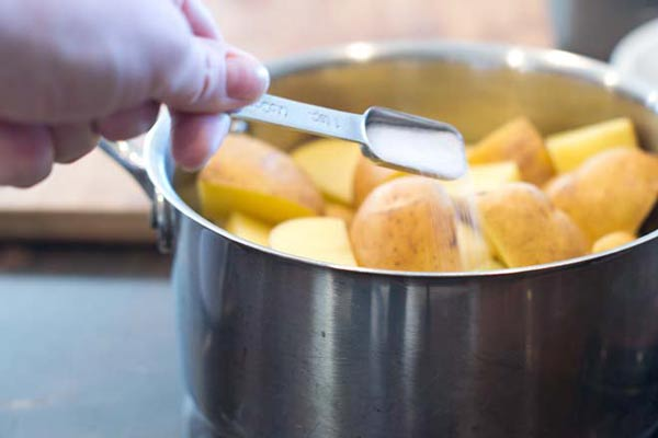 افزودن نمک به سیب زمینی