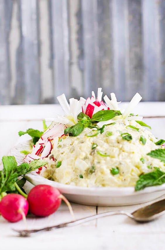 تزیین سالاد الویه تولد با سبزیجات و تربچه