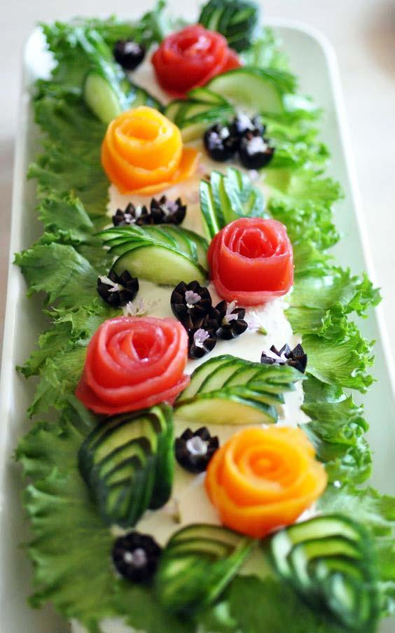 تزیین سالاد الویه تولد با خیار و گوجه و زیتون