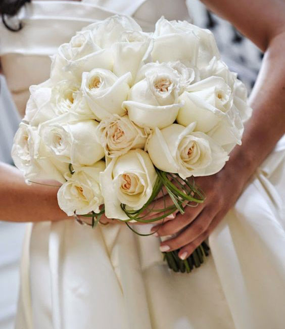 دسته گل عروس با رز سفید کلاسیک