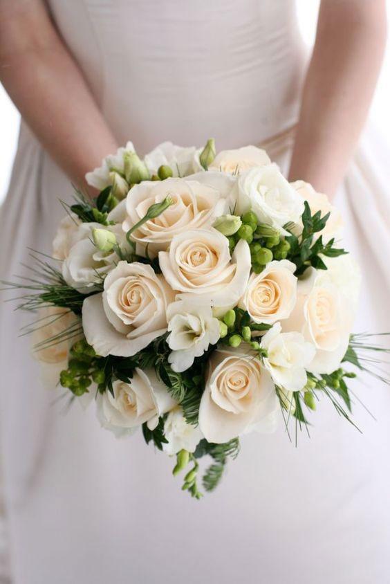 دسته گل عروس با رز سفید و لیسیانتوس