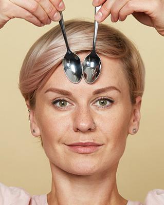 massage 7 3 - آموزش تصویری ماساژ صورت با قاشق برای شادابی پوست