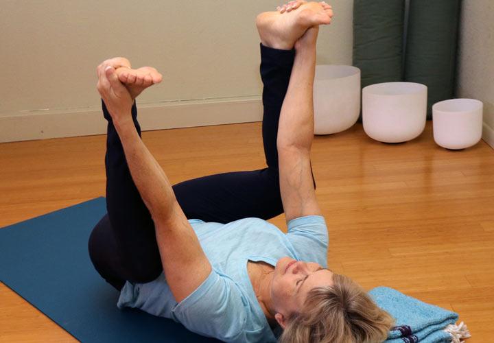 ۶ حرکت یوگا که به بهبود رابطه جنسی شما کمک میکنند - حرکت کودک شاد به کشش ماهیچهٔ سرینی و قسمت پایینی کمر کمک می کند.