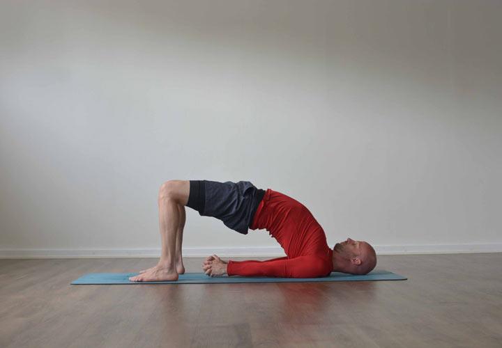 ۶ حرکت یوگا که به بهبود رابطه جنسی شما کمک میکنند - حرکت پل به تقویت عضلات کف لگن (دیافراگ لگنی) کمک می کند.