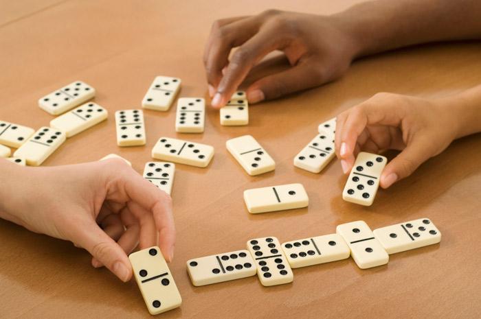 بازی دومینو شامل چیدن دومینوها در یک زنجیره است