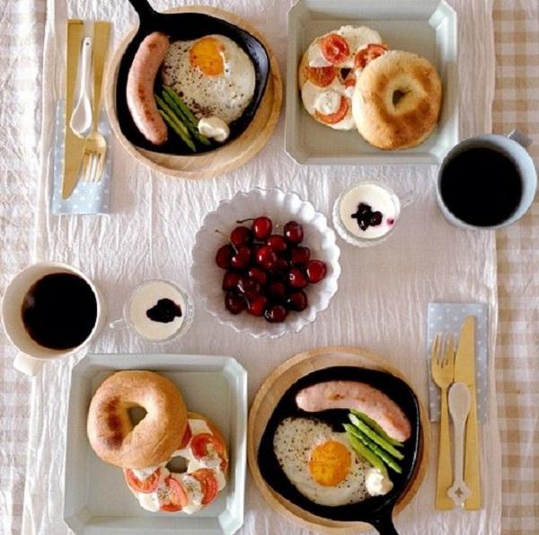 تزیین میز صبحانه ساده و جذاب برای عروس