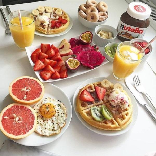 تزیین میز صبحانه رنگی برای عروس