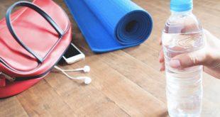 2017358 woman hand holding bottle of water with yoga mat 310x165 - رژیم غذایی مناسب همراه با ورزش برای لاغری