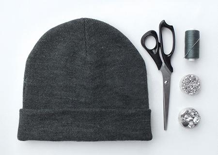 decorating2 knitted2 hat1 - آموزش تصویری دو مدل تزیین کلاه بافتنی
